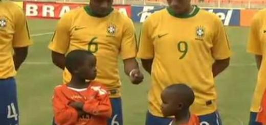 Num jogo amigável criança rouba protagonismo aos jogadores