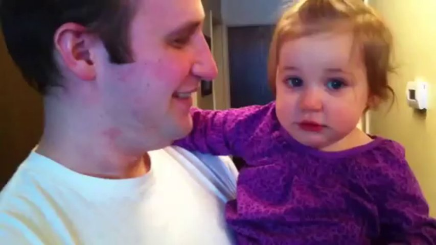 Pai corta a barba e deixa a filha confusa