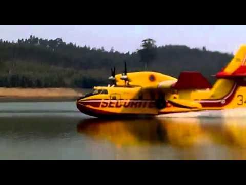 Três Canadair CL 415 abastecem em fila de água na barragem da Aguieira