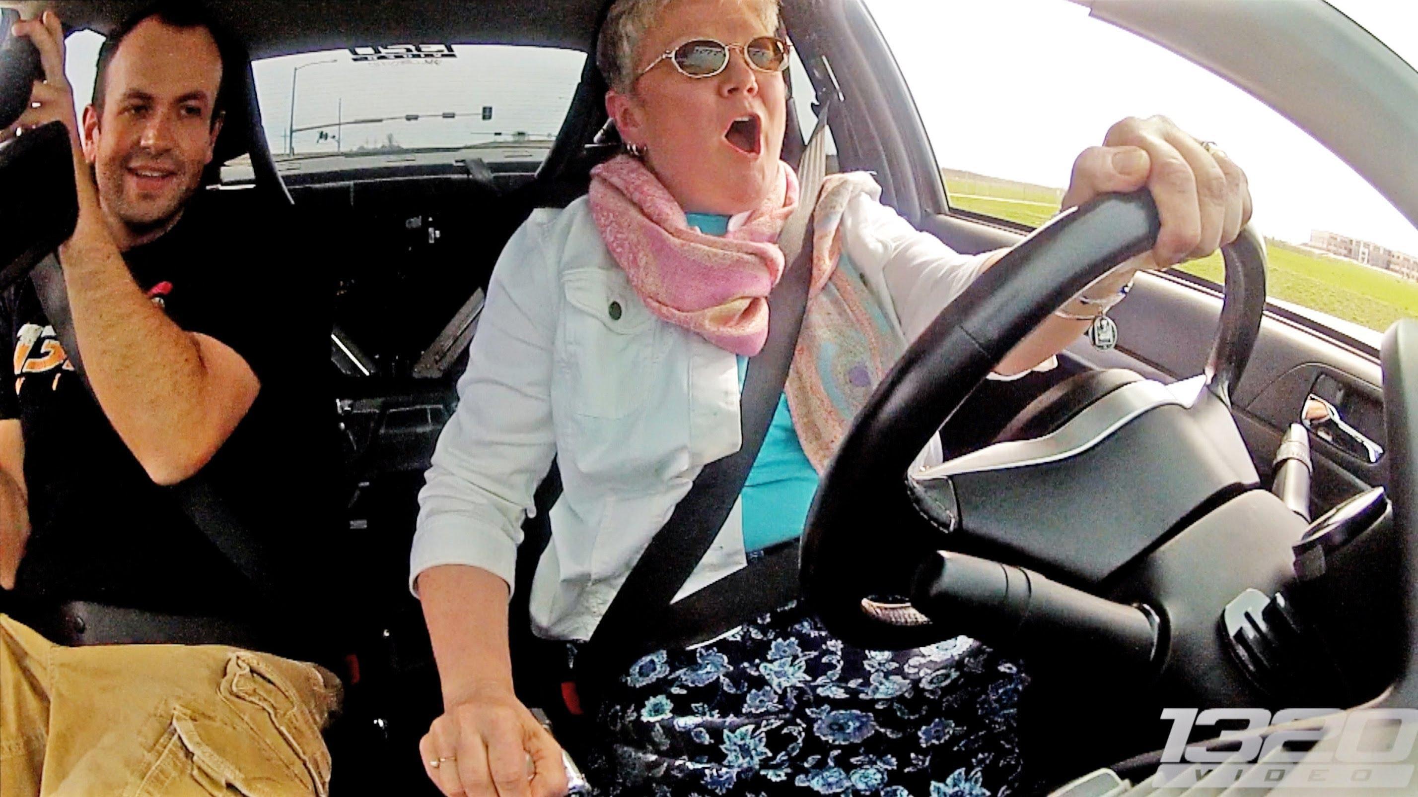 Mãe conduz carro com 900 cavalos ao lado do filho