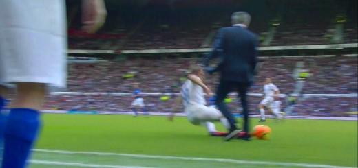 Mourinho invade o campo e faz falta ao adversário