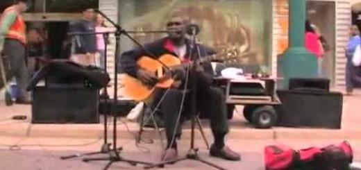 Conjunto de músicos de rua a cantar a mesma canção