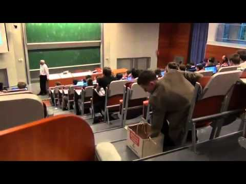 Estudante leva maquina de escrever para a faculdade