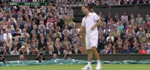 Fã explica ao tenista Viktor Troicki como ganhar ponto a Djokovic