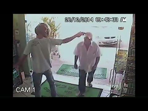 Homem ignora ladrão armado e entra em supermercado durante assalto