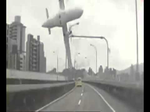 Imagens do momento da queda do avião em Taiwan