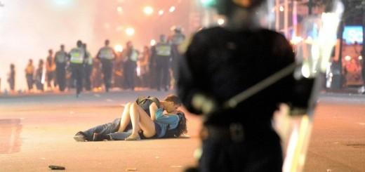 Scott Jones beija a sua namorada Alex Thomas, depois de ela ter sido empurrada para o chão