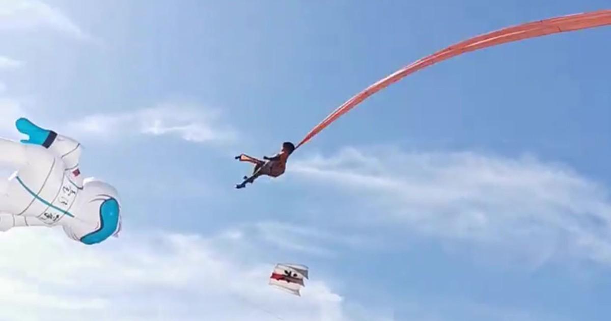 Papagaio gigante projeta criança em festival